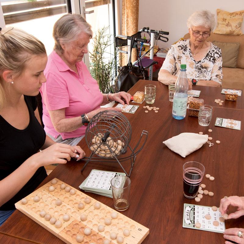 Spiele in der Wohngemeinschaft des Sozialen Zentrum Espenau der Werk-Hilfe