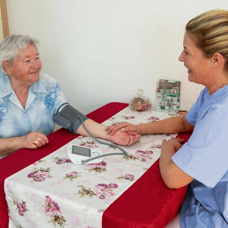 Blutdruckmessung durch den ambulanten Pflegedienst der Werk-Hilfe