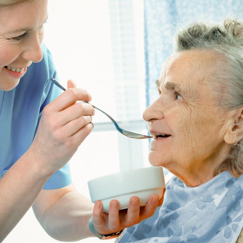 Essensgabe durch den Pflegedienst der Werk-Hilfe