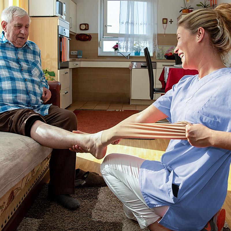 Ausziehen der Kompressionsstrümpfe Pflegedienst der Werk-Hilfe