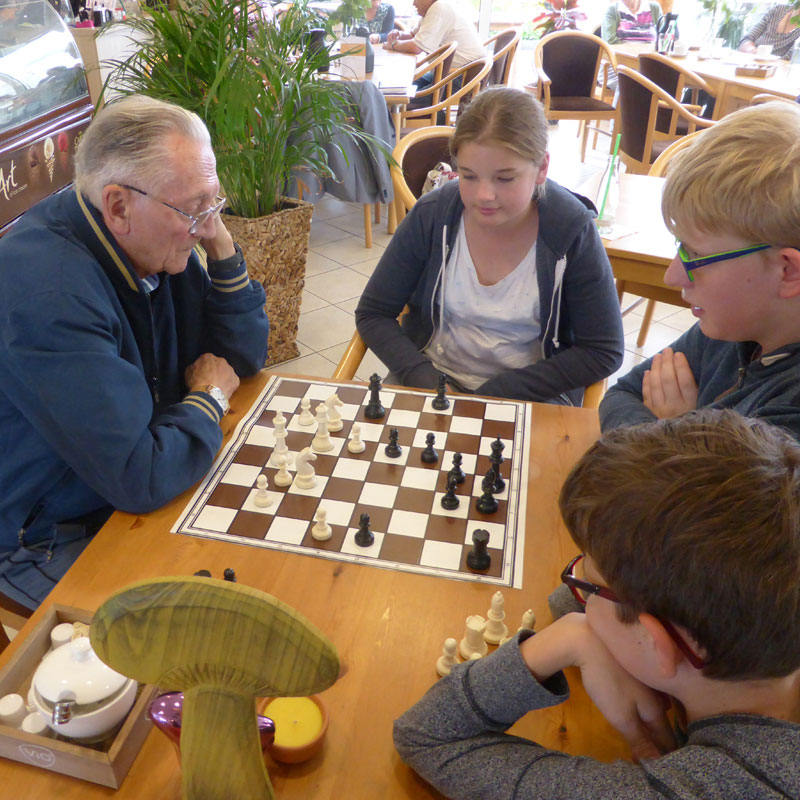 Generationen-Schach im Sozialen Zentrums Espenau der Werk-Hilfe